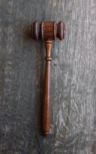 odpis wyroku w sprawie rozwodowej - młotek sędziowski
