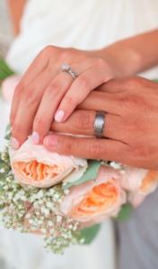 Choroba psychiczna małżonka - rozwód czy unieważnienie małżeństwa - obrączki na dłoniach